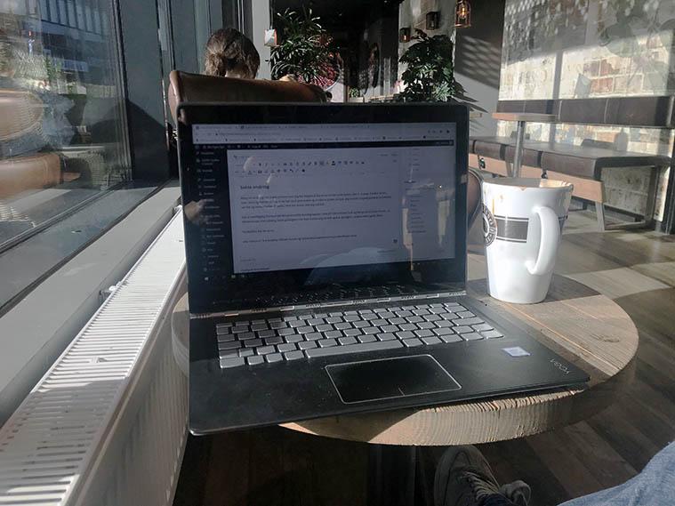Sitter på cafe og jobber med denne teksten om norsk affiliate markedsføring.